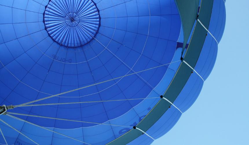 Blauer Heißluftballon